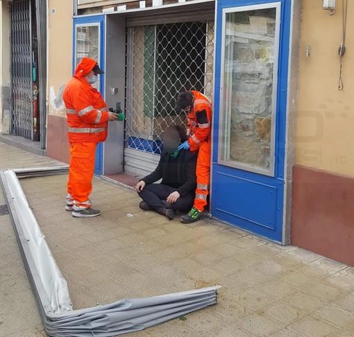 Sanremo: il forte vento fa cadere una tenda in corso Garibaldi, colpito un passante (Foto)
