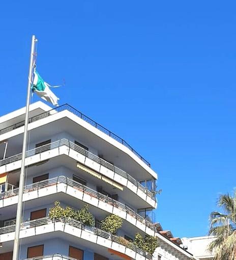 Ciò che resta del tricolore che sventolava sopra il piazzale 'Guardia Costiera'