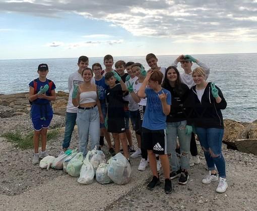 Sanremo: che bravi i ragazzi della 3ª C della 'Pascoli', invece di manifestare hanno passato la mattinata a pulire la città (Foto)