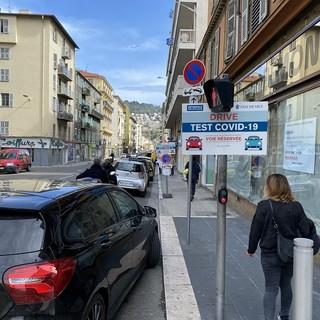 A Nizza e in altre località della Costa Azzurra si fanno le analisi sul Covid-19 anche rimanendo in auto (Foto)