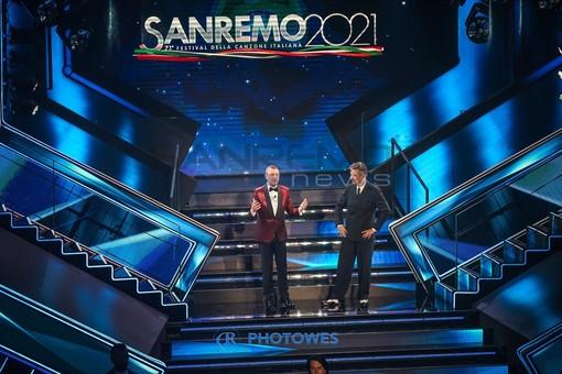Amadeus e Fiorello sul palco dell'Ariston