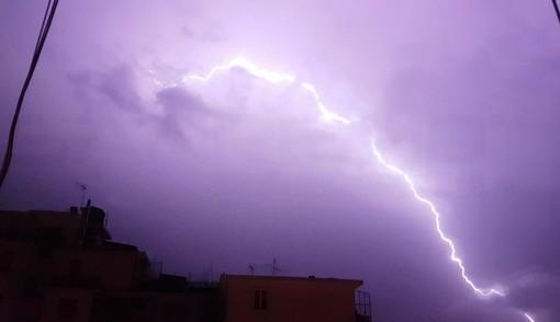 Bordighera: fulmine colpisce un albero, divampano le fiamme nella zona di Montenero
