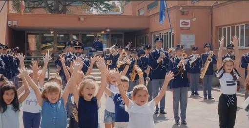 E' suonata la campanella: l'accompagnamento è arrivato dalle note di 'Torneremo a scuola' con la Banda musicale della Polizia (Video)