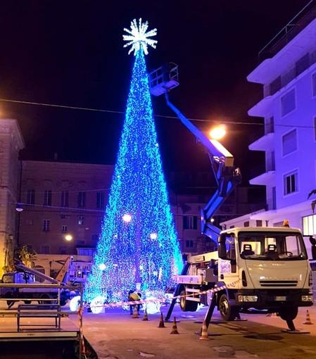 L'albero di Natale a led in piazza Borea d'Olmo