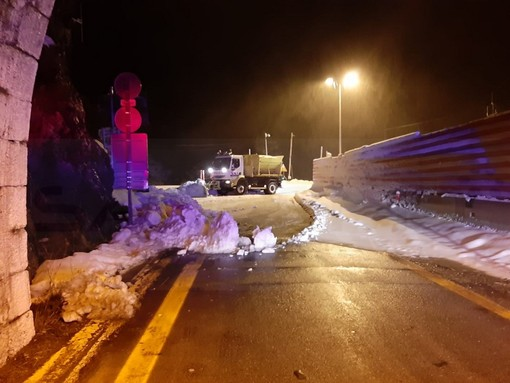 Fitta nevicata nella notte sul Colle di Tenda: in ritardo lo spazzamento sul versante francese e la riapertura del tunnel