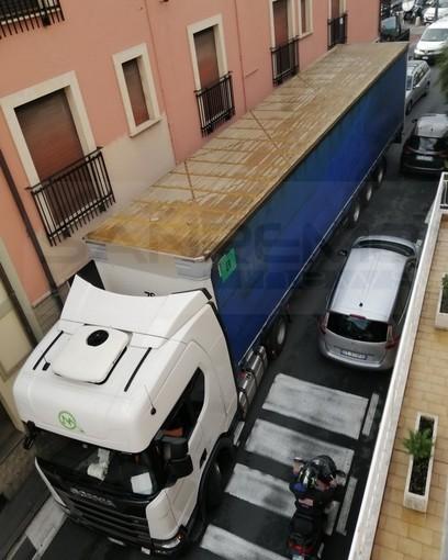 Sanremo: grosso Tir imbocca erroneamente corso Inglesi e rischia di rimanere incastrato (Foto)