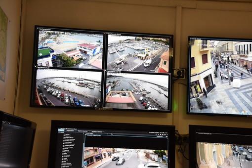 Le immagini delle telecamere di videosorveglianza al comando di Polizia Municipale