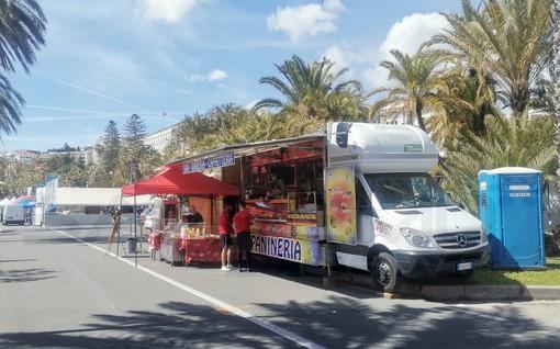 Sanremo: era irregolare il 'truck' dei panini sul lungomare Calvino, multato dalla Polizia Municipale