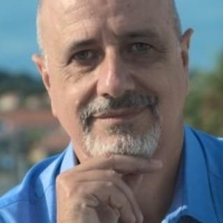 Lo scrittore Ugo Moriano in Piazza Pagliari al Parasio di Imperia