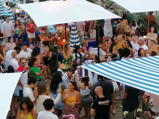 Costa Azzurra: feste in spiaggia e mascherine poco usate, adesso il Covid-19 fa di nuovo paura (Foto)