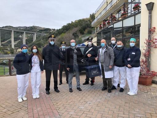 L'arrivo dei vaccini alla Rsa e, sotto, una vaccinazione, Faraldi con una ospite e il Direttore con Zara prima dell'emergenza Covid