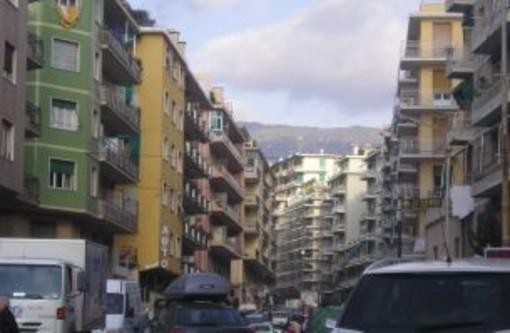 Sanremo: sacchetti e bidoni 'sbattuti' e rumori al mattino presto in via Agosti, la lamentela di una lettrice