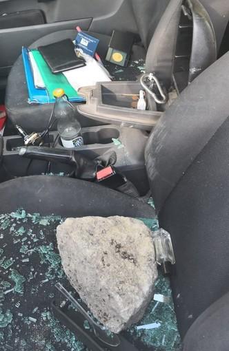 Sanremo: auto abbandonate da tempo vicino ai Giardini Regina Elena e stanotte vetri presi a sassate (Foto)