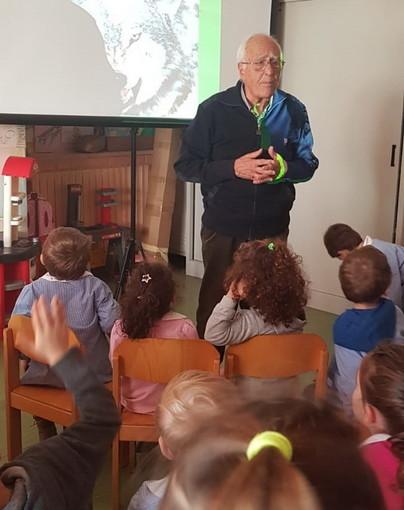 Sanremo: visita di un appassionato di montagna alla Scuola dell'Infanzia di frazione San Pietro (Foto)