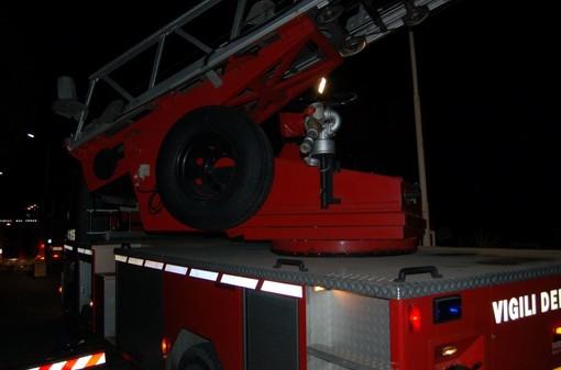 Sanremo: incendio al tetto di un capannone in via Duca D'Aosta, è stato un mozzicone fatto volare dal vento