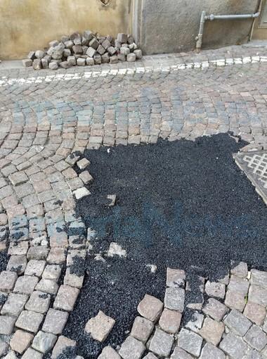 """Imperia: lavori in via Caboto, una lettrice """"Tolti i sampietrini e gettati a lato per una lingua di asfalto"""" (Foto)"""