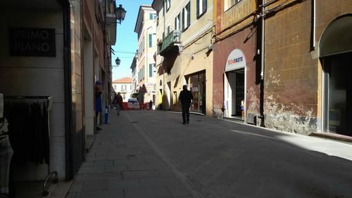 Sopralluogo dei tecnici in via Cascione per le troppe cadute a causa dei faretti a raso: interviene Alessandro Casano