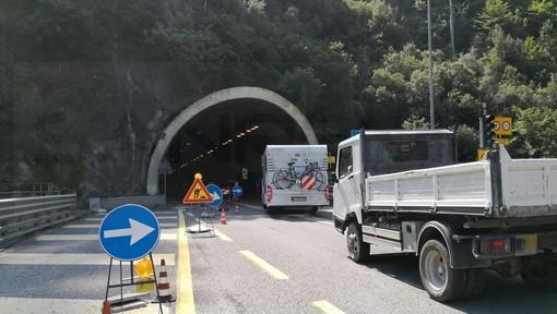 Airole: brucia un suv probabilmente abbandonato sulla statale 20 del Tenda, intervento di Vvf e Carabinieri