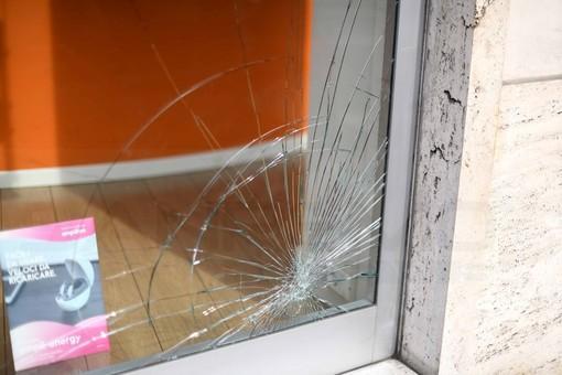 """Sanremo: vetrina rotta in via Manzoni, la titolare """"Mi hanno detto che non ci sono telecamere di sorveglianza"""" (Foto)"""