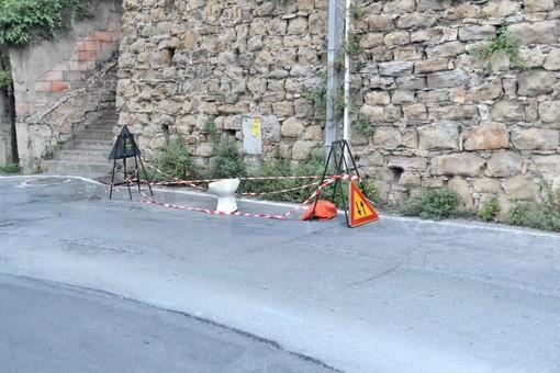 Sanremo: water per coprire un buco nell'asfalto all'incrocio di via De Amicis, la segnalazione (Foto)
