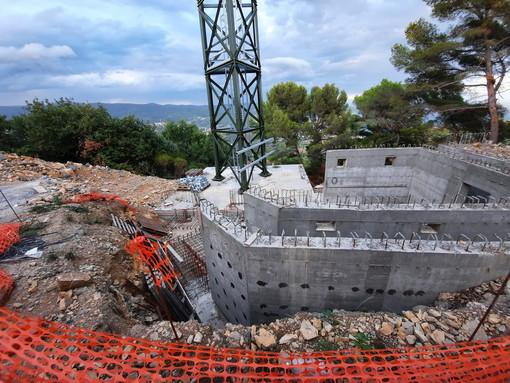 Diano Marina: stop all'antenna di Pini del Rosso, il Comune ha sospeso i lavori per alcune difformità