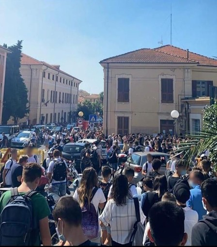 """Imperia, primo giorno di scuola, assembramento di studenti in piazza Roma. Un lettore: """"Asl e comune verifichino quanto successo"""""""