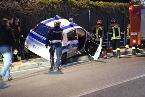 Sanremo: malore alla guida, auto della Polizia Municipale fuori strada in via Pietro Agosti (Foto e Video)