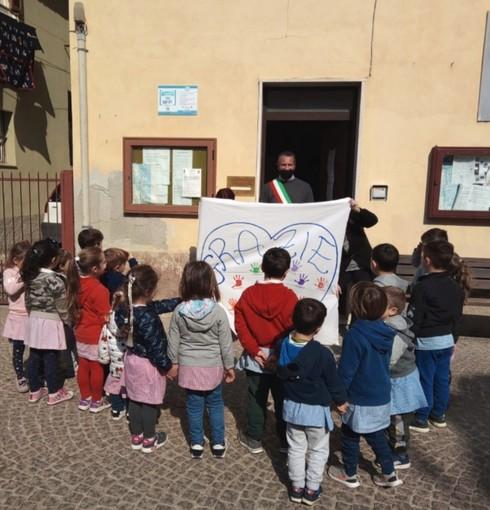"""Diano San Pietro, il """"grazie"""" di bimbi e maestre al Comune per la nuova area giochi alla scuola 'Lanterno' (foto)"""