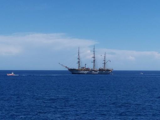 """Imperia, la leggendaria 'Amerigo Vespucci' """"saluta"""" anche il capoluogo: sirene in festa sia a Oneglia che a Porto Maurizio (foto e video)"""