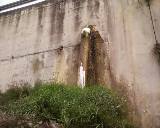 Sanremo: fuoriuscita d'acqua da muraglione, la segnalazione con foto di un lettore