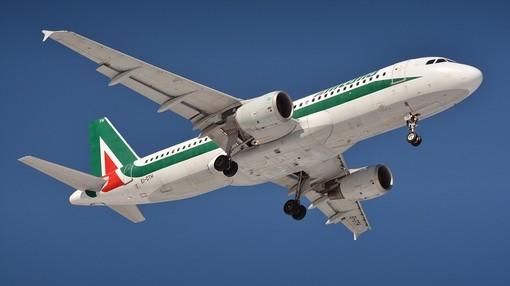 Aeroporto di Genova, Toti e Bucci scrivono a Patuanelli per chiedere l'incremento dei voli di Alitalia verso Roma