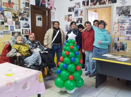 Camporosso: la neonata associazione ACEB dona alla Spes Auser di Ventimiglia un albero di Natale addobbato da palloncini festosi