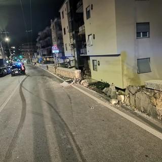 Arma di Taggia: auto abbatte muretto e scappa, l'incidente in serata