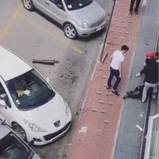 Ventimiglia: aggressione choc in pieno centro, giovane pestato da tre uomini (video)