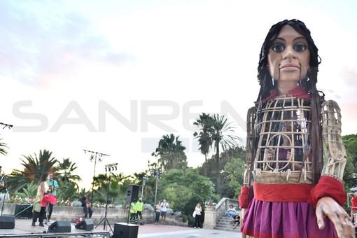 Fa tappa a Sanremo la piccola Amal, un burattino di 3.5 metri che rappresenta i bambini rifugiati (foto)