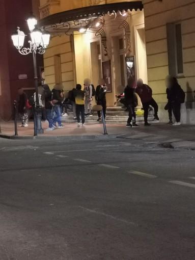 Ventimiglia: bivacco davanti al Teatro Comunale, la segnalazione con foto di un cittadino