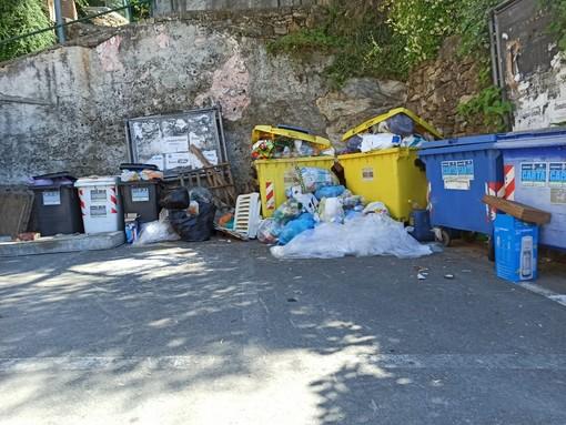 Imperia: cumuli di rifiuti nell'area vicina al cimitero di Montegrazie, la foto di una nostra lettrice