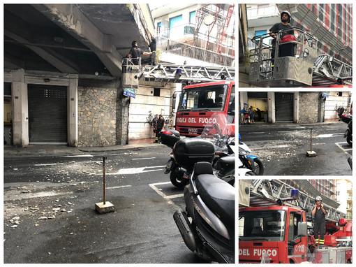 Sanremo, caduta di calcinacci in via San Francesco dal ponte sovrastante, messo rapidamente in sicurezza dai vigili del fuoco (foto)
