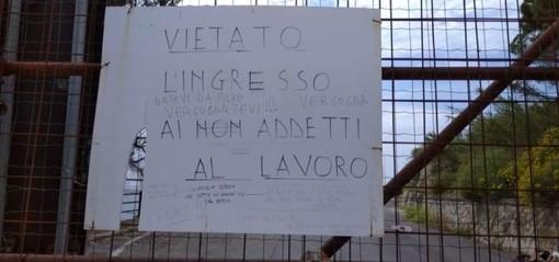 Il cartello polemico sulla chiusura dell'incompiuta apparso nelle scorse settimane