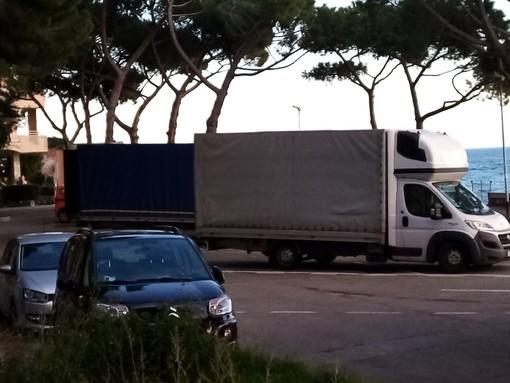 Ventimiglia: camion posteggiati in piazzale De Gasperi prima del confine, la segnalazione con foto di un lettore