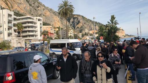 Calati i controlli al confine italo-francese: pendolari e turisti italiani sono riusciti a transitare, rientrato l'allarme