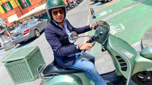 Con le autostrade in tilt, Carlo Bagnasco sceglie la Vespa per il suo tour nel Ponente ligure