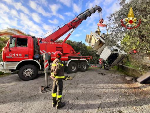 Sanremo: camion di Amaie si ribalta in via padre Semeria, intervento dei Vigili del Fuoco (foto)