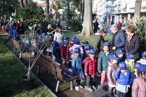 I bambini dell'asilo di Arma di Taggia donano un ulivo per i giardini di via Magellano (Foto e Video)