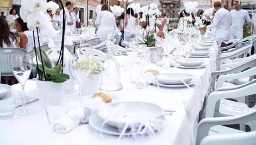 Successo per 'Cena in Bianco' organizzata dal gruppo Facebook 'Sei di diano Marina Se...'