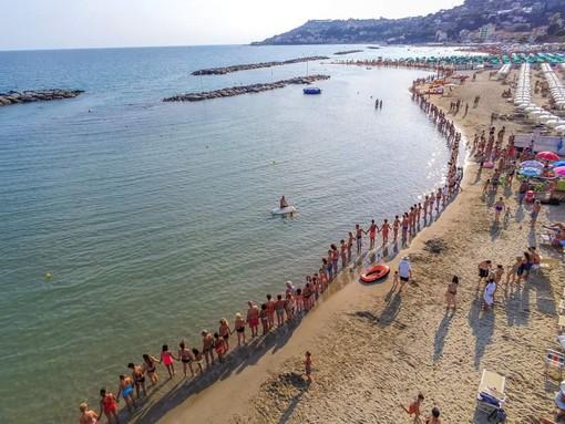 Catena umana sulle spiagge di Arma di Taggia: un gesto di cordoglio per le vittime del Ponte Morandi di Genova