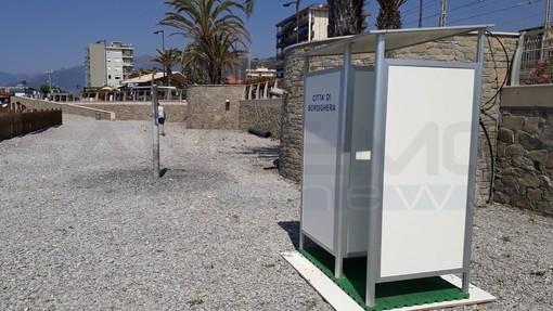 Bordighera: installate le cabine-spogliatoio sulle spiagge libere, in arrivo anche quella per diversamente abili tra i bagni Paloma e Corallo