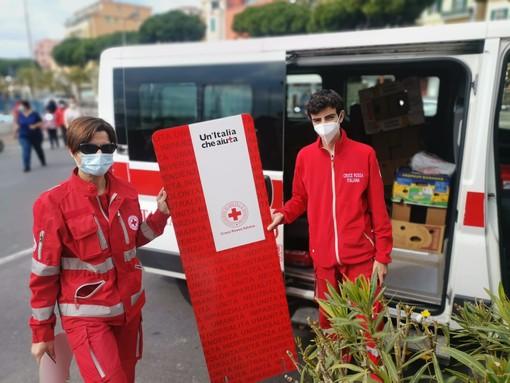 """I volontari della Croce Rossa impegnati tra Sanremo e Arma di Taggia per il """"carrello sospeso"""" che aiuterà a Pasqua centinaia di persone (foto)"""