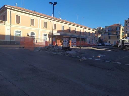 Imperia: nuovi parcheggi e colonnine per la ricariche delle auto elettriche davanti all'ex stazione di Oneglia, oggi il via al cantiere (foto e video)