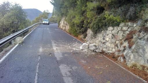 Caduta massi sulla provinciale Ospedaletti - Coldirodi, intervento della Polizia Municipale per la messa in sicurezza del tratto stradale